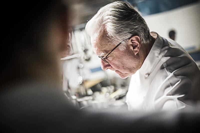 Chef Alain Ducasse in cucina