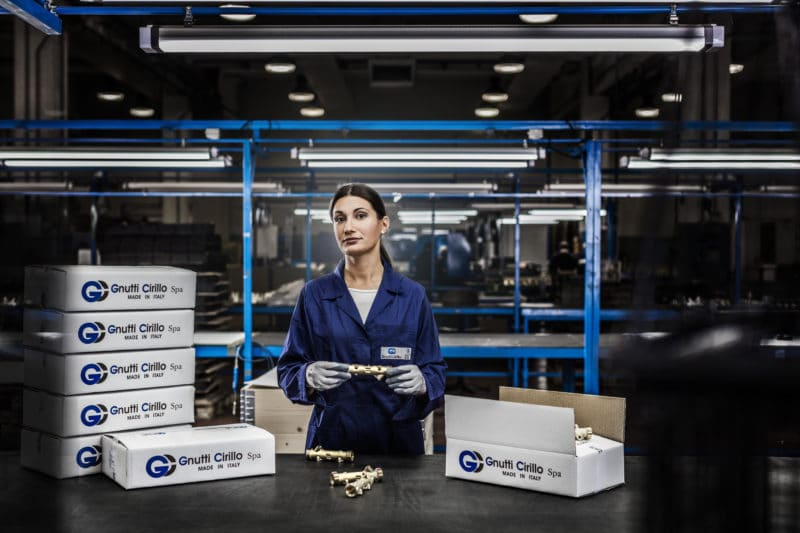 Foto industriale donna addetta al confezionamento
