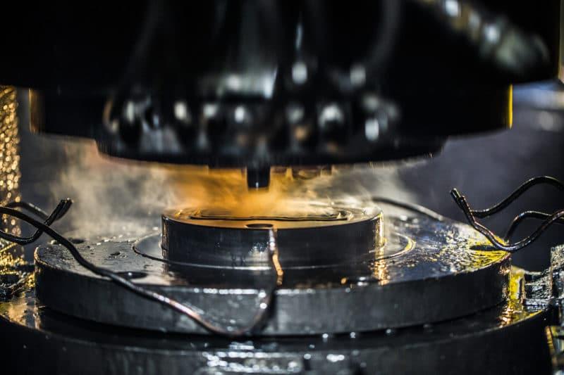 Fotografia macchina pressa in fonderia